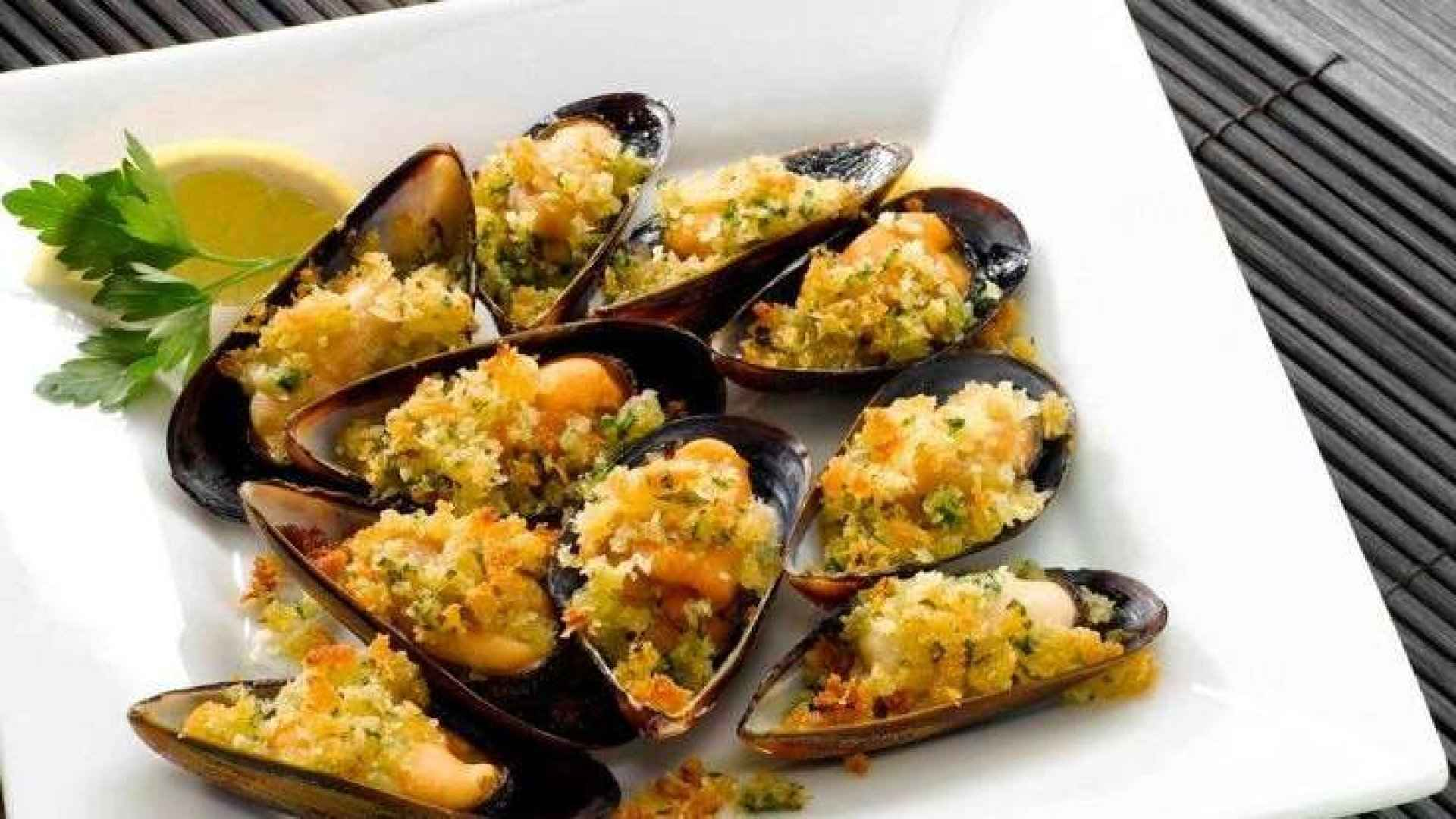 Baked mussels topped with cheese