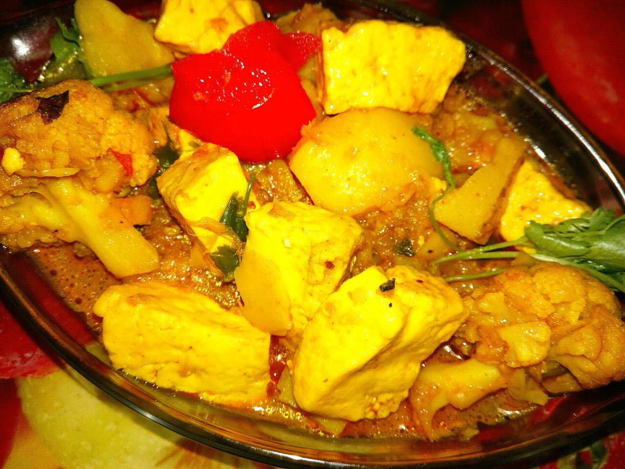 Paneer,Cauliflower,Potato in a light gravy(without onion,garlic)