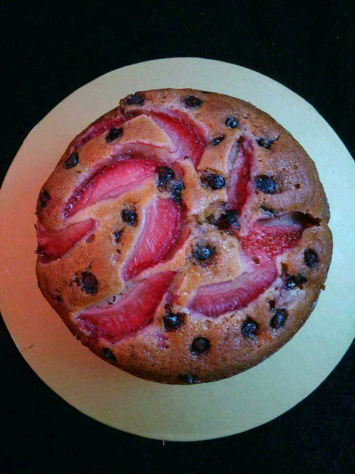 Strawberry And Chocolate Chips Cake