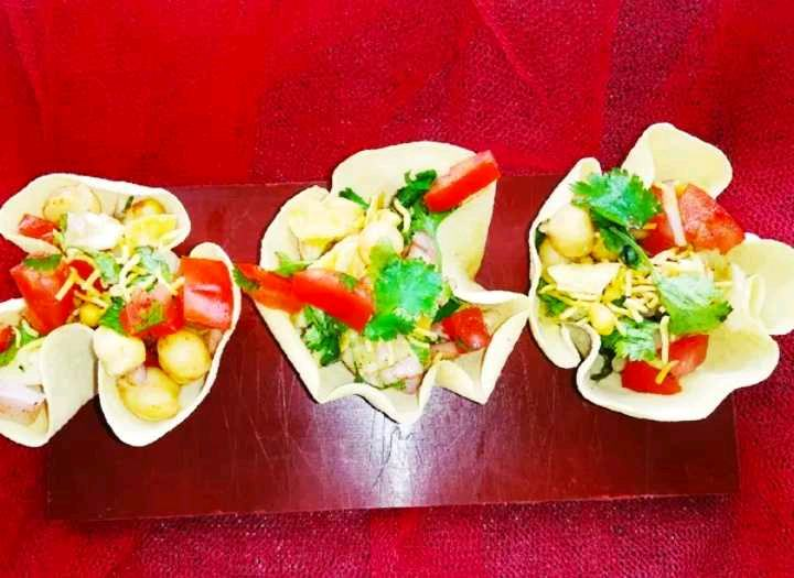 Papad Kotori Chat/Papad Kotori Chat Is A CRIPSY & Crunchy Papadum Bowl That  are Filled With Proteins Packed Delicious Chickpeas.
