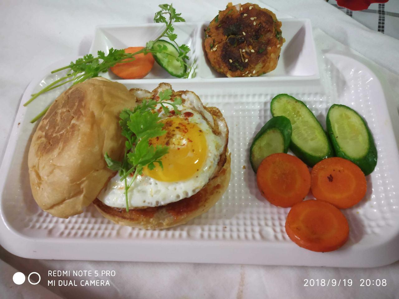 Aloo Tikki Burger With Omlet
