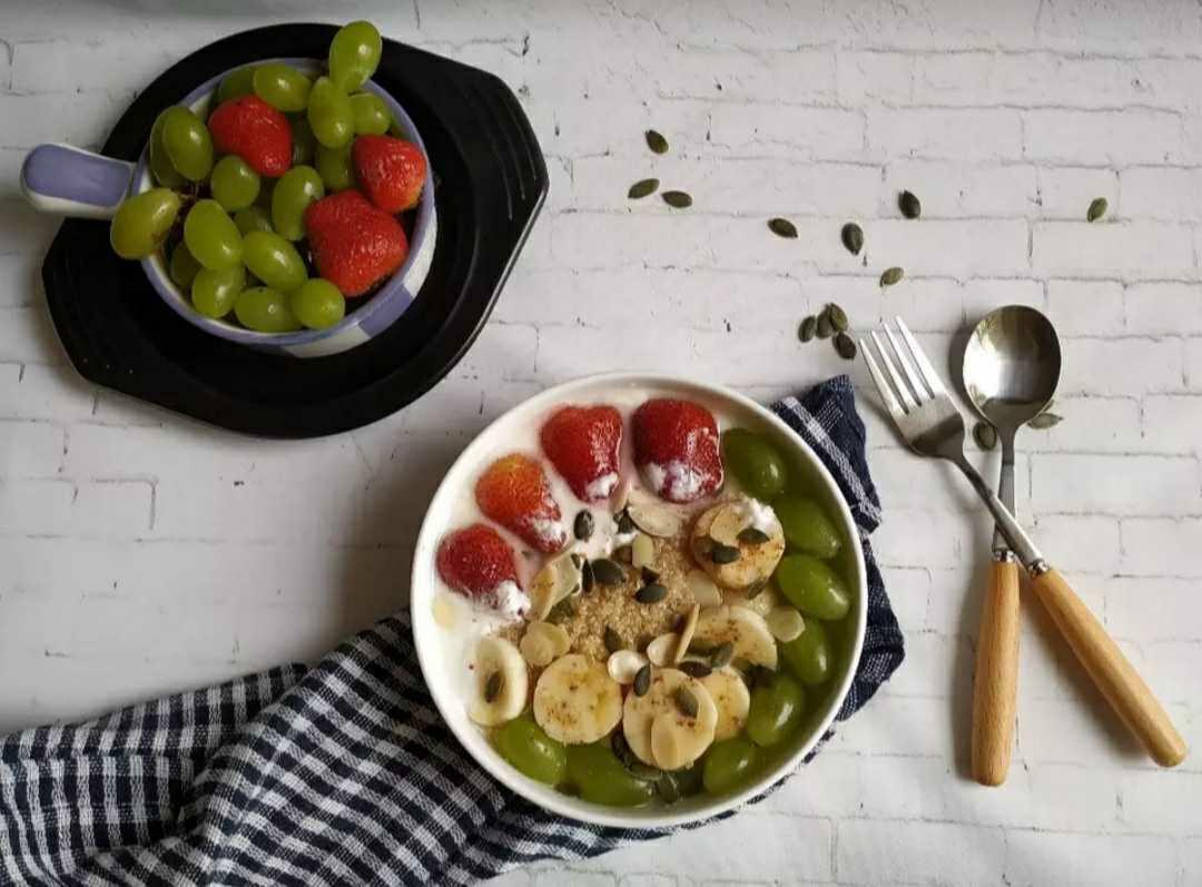 Quinoa and greek yogurt breakfast bowl